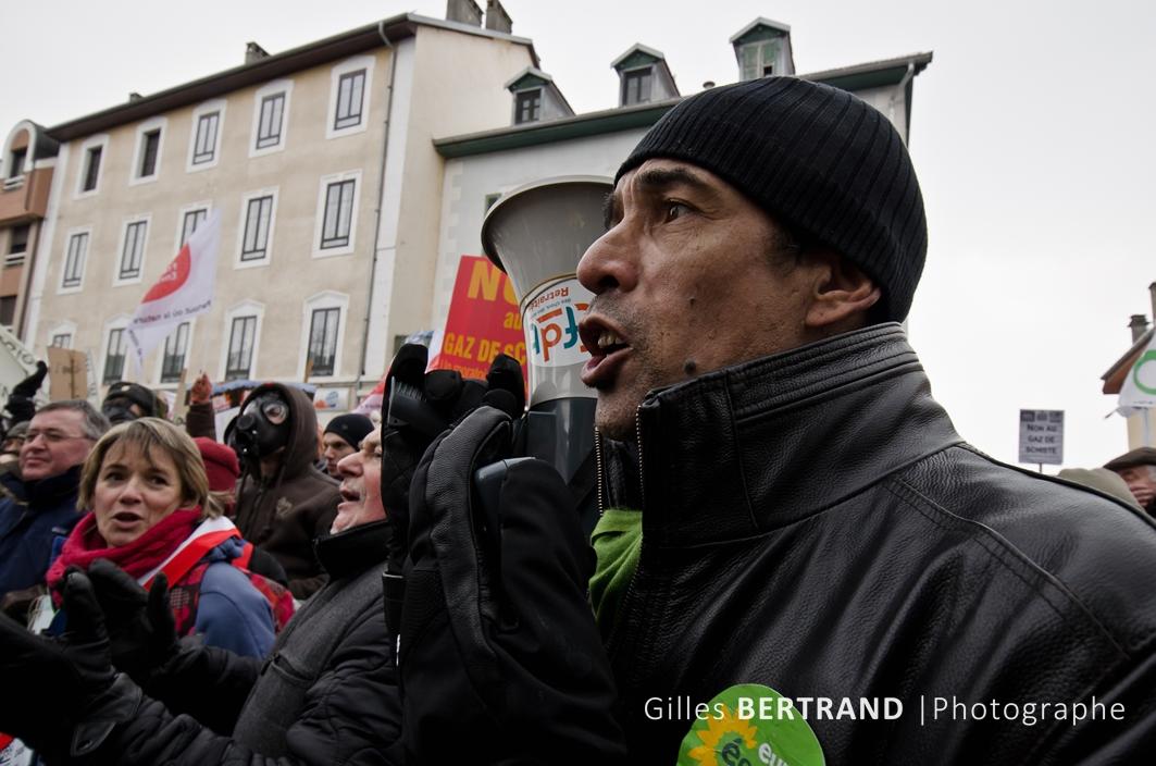 manifestation de la journee contre l'exploitation des gaz de schiste - a saint julien en genevois - le 11 février 2012 - photo : Gilles Bertrand / CIT'images