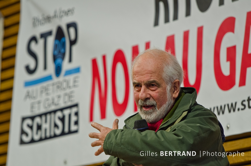 intervention de Mr Jean Louis Chopy porte parole du collectif ardechois lors du meeting de la journee contre l'exploitation des gaz de schiste - a saint julien en genevois - le 11 février 2012 - photo : Gilles Bertrand / CIT'images