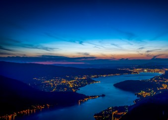 panorama lac annecy de nuit