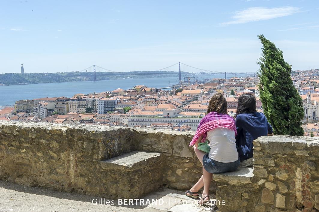 LISBONNE - Deux femmes regardent le pont du 25 juillet