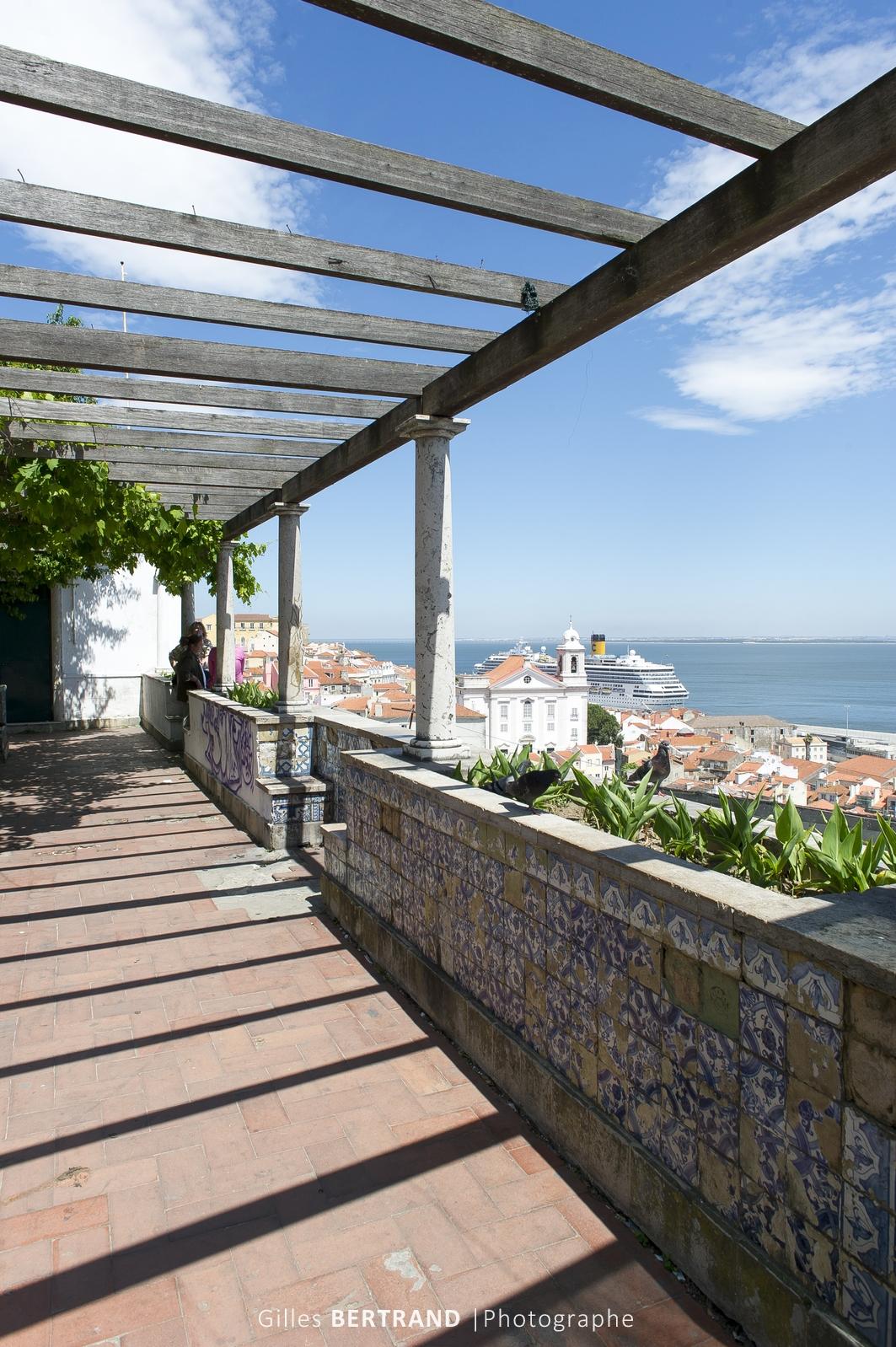 LISBONNE - terrase ensoleillee place porta do sol