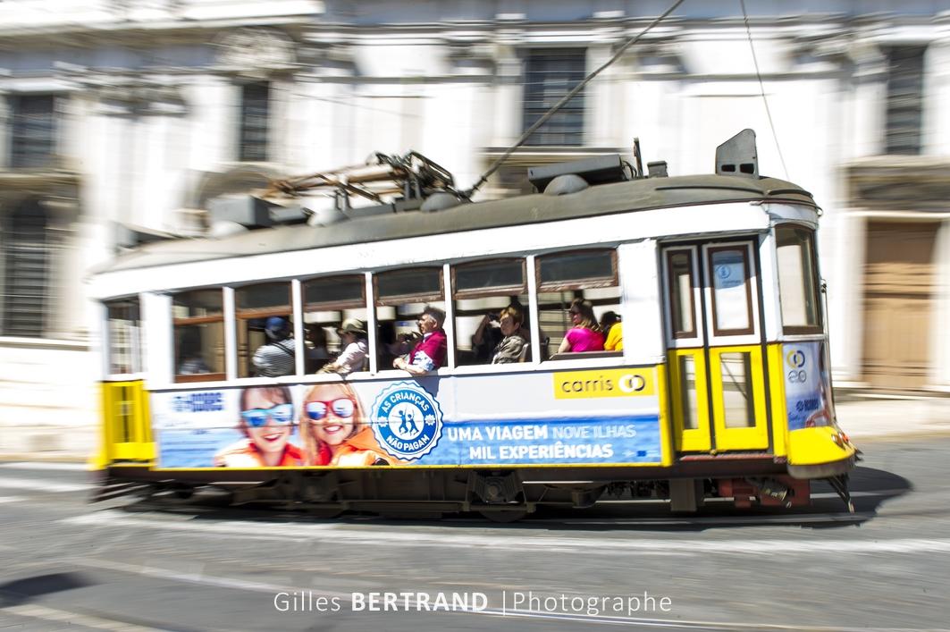 LISBONNE - Un tramway electrique jaune de la ligne 28E