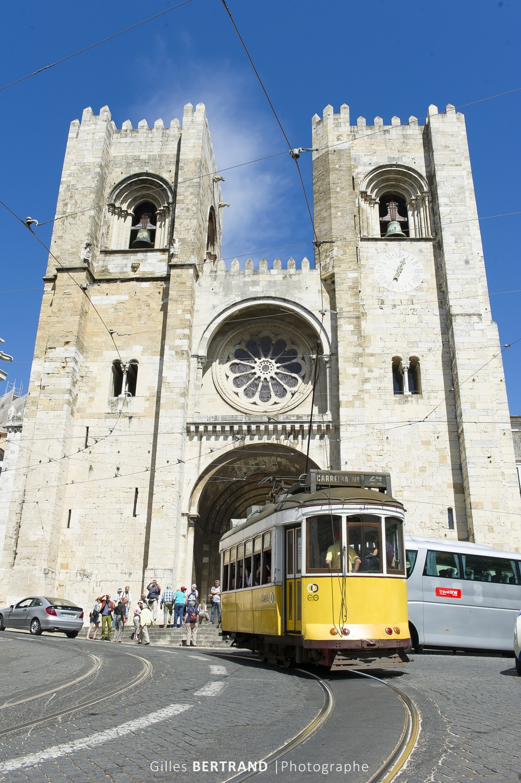 LISBONNE - Un tramway electrique jaune de la ligne 28E passe devant la cathedrale