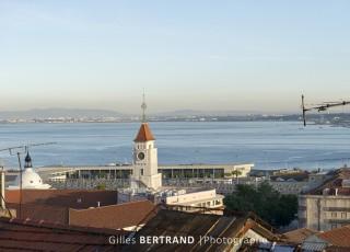 LISBONNE - Vu sur le Tage depuis le mirador de santa Catarina