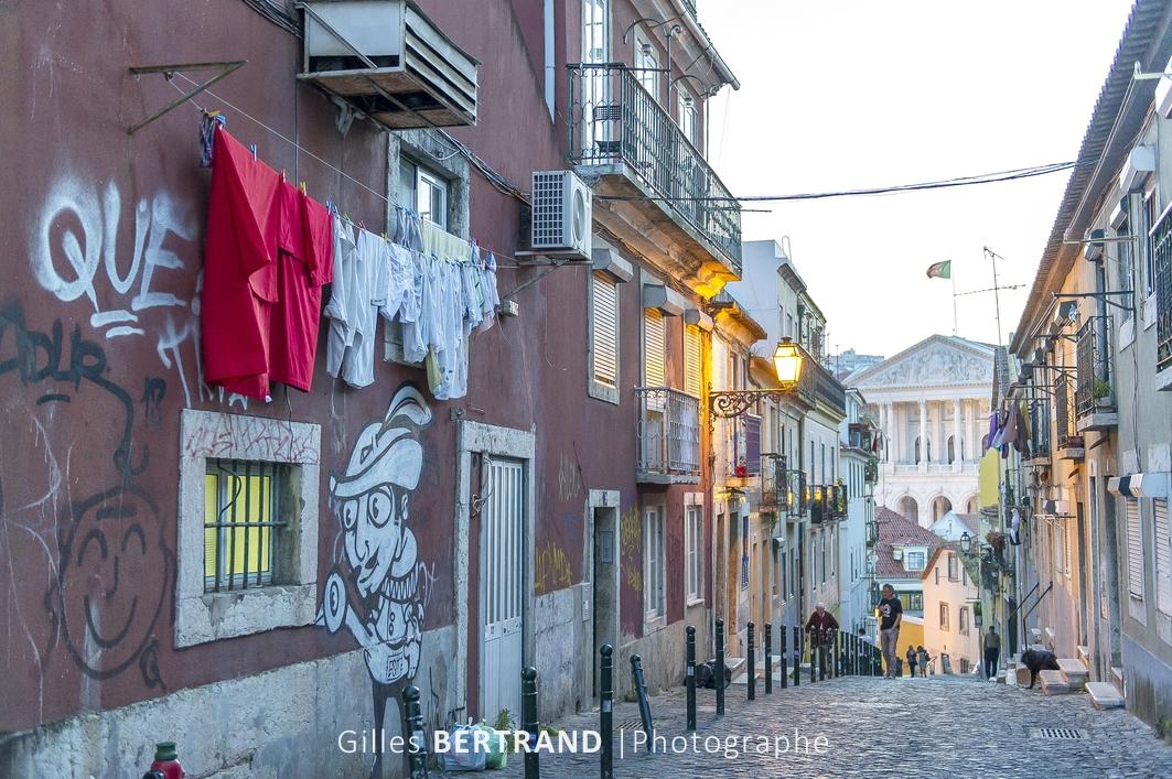 LISBONNE - Rue de Lisbonne avec le parlement National en arriere plan