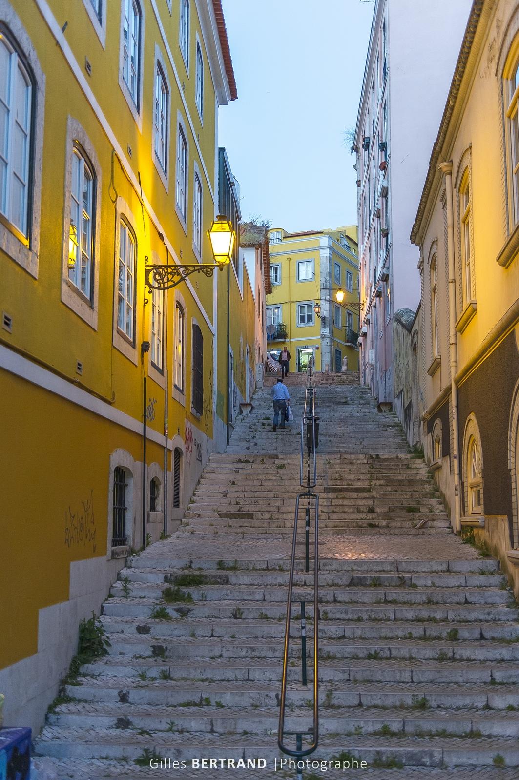 LISBONNE - Rue pietonne en escalier. A Lisbonne