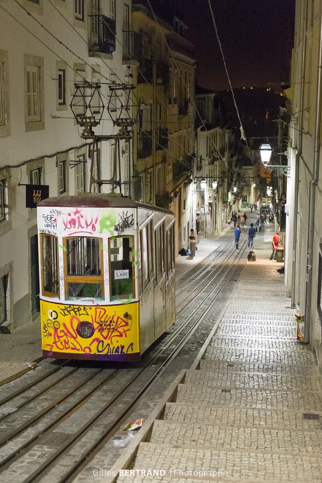 LISBONNE - Le funiculaire da Bica de nuit dans le quartier du bairro Alto