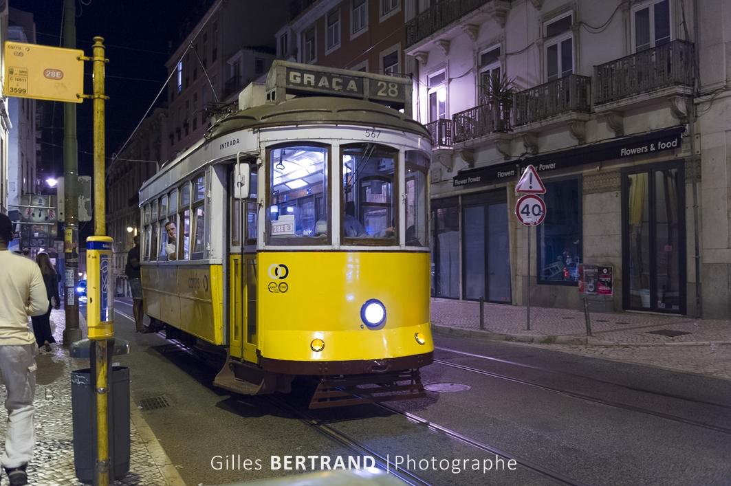 LISBONNE - Un tramway electrique jaune de la ligne 28E.