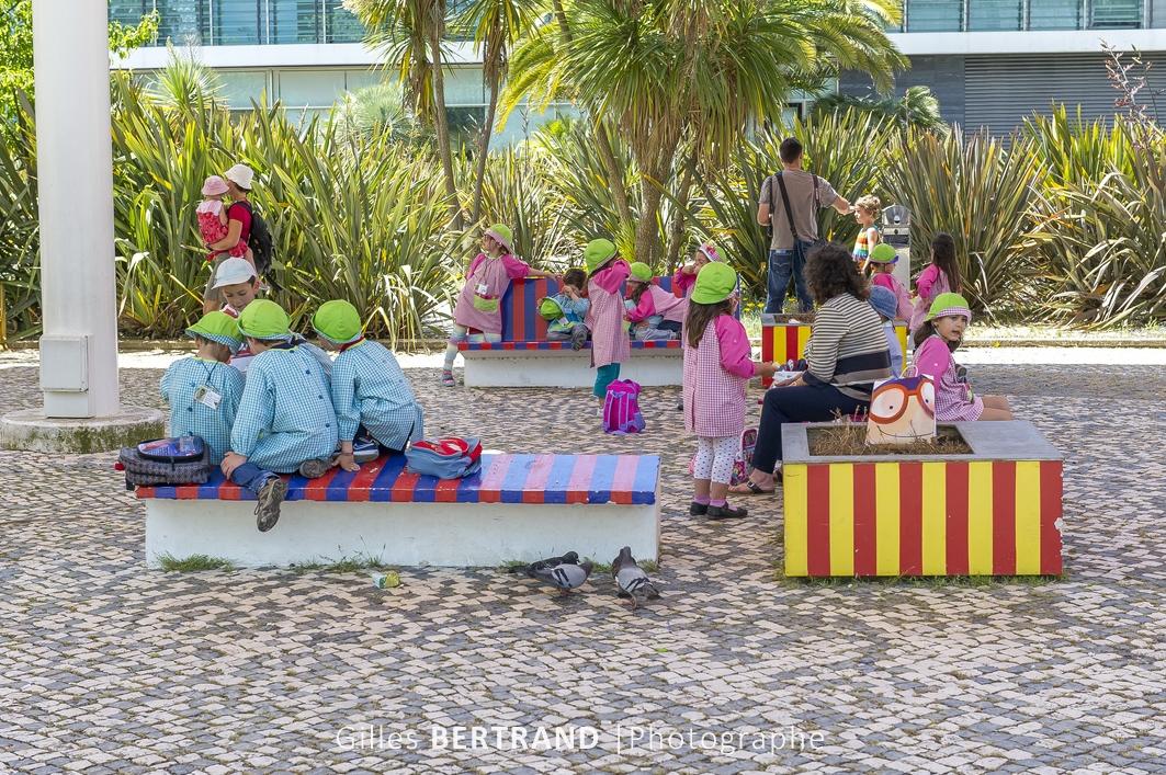 LISBONNE - Des enfants dans un parc de Lisbonne, les garcons en bleu, les filles en rose
