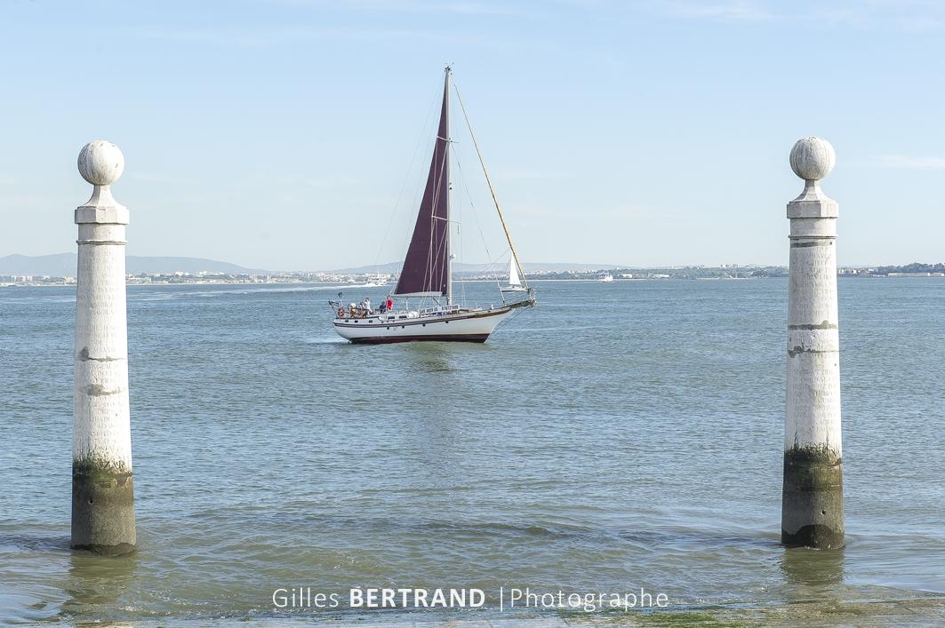 LISBONNE - Un bateau a voile navique sur le Tage