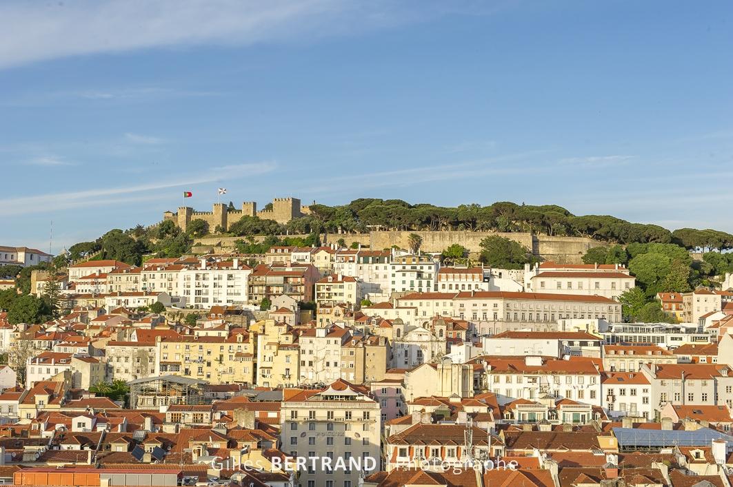 LISBONNE - Vue sur Lisbonne et le chateau de Sao Jorge depuis le sommet de l'ascenseur de Santa Justa