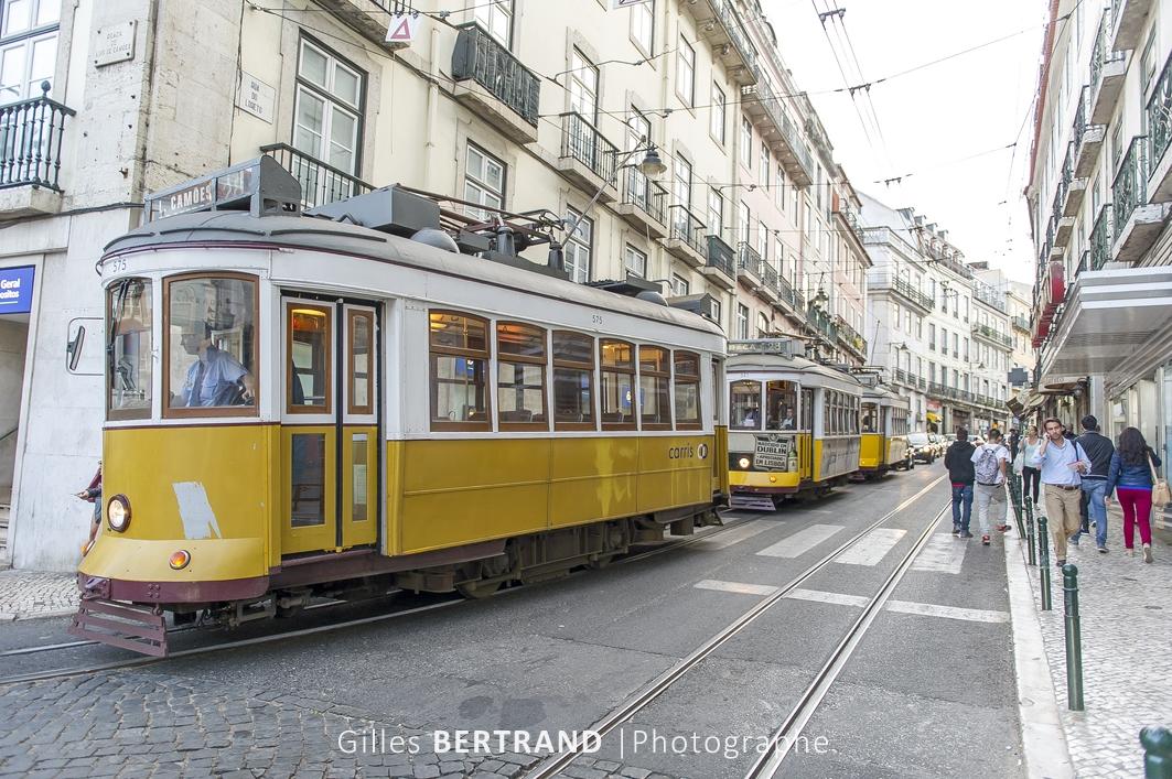 LISBONNE - Tramways electriques jaune de la ligne 28E au milieu de la circulation automobile