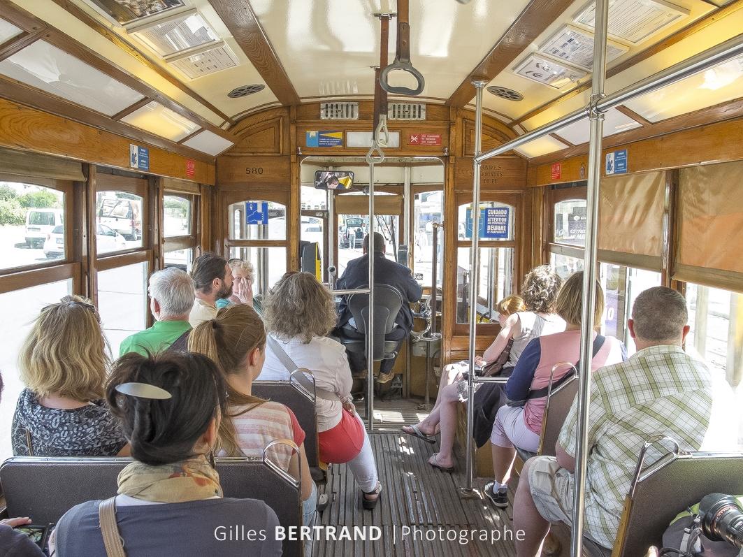 LISBONNE - interieur d'n tramway electrique jaune de la ligne 28E