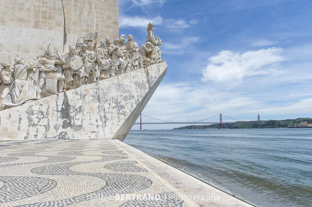 LISBONNE - Monument des conquistadores de belem, en fond le pont du 25 juillet enjambant le tage