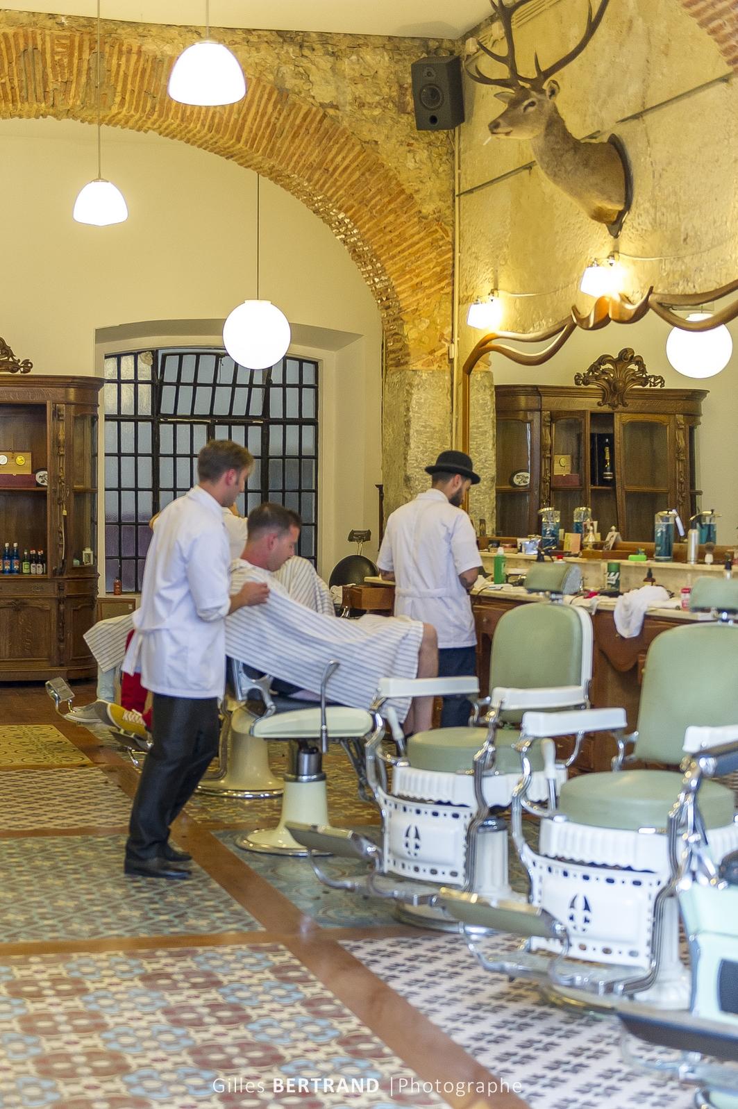 LISBONNE - Un barbier dans les rues de Lisbonne