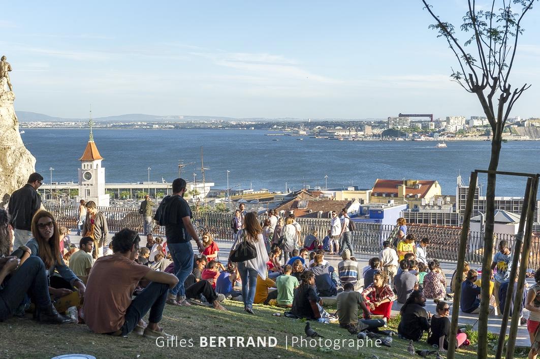 LISBONNE - Le mirador de Santa Catarina est un lieu de rencontre et de retrouvaille pour de nombreux lisboetes