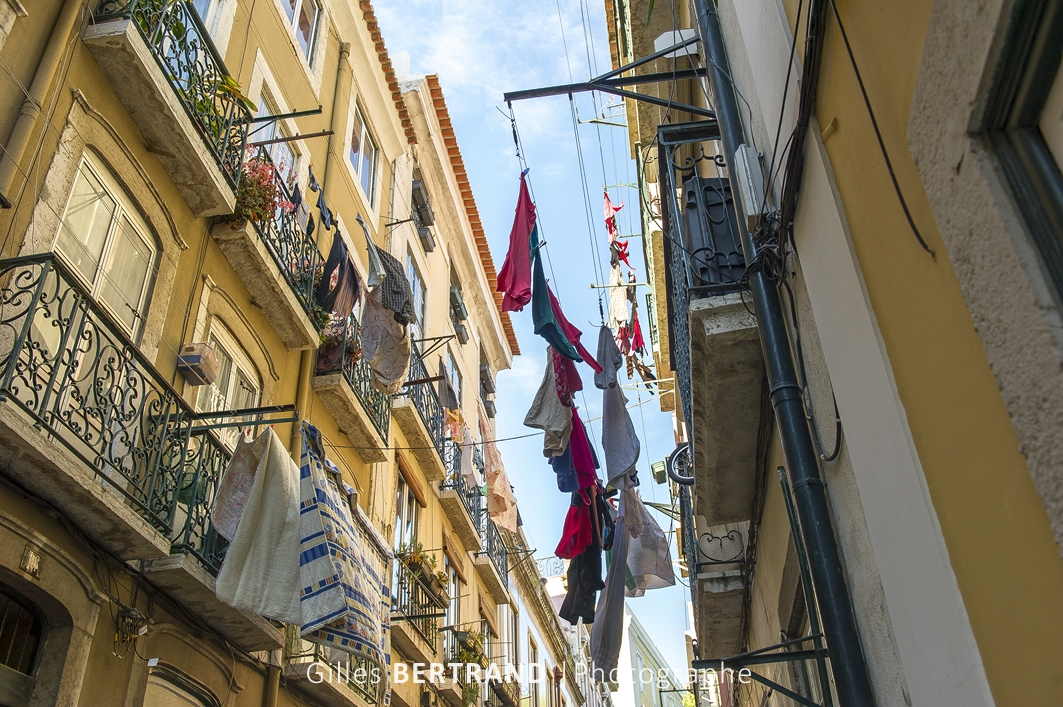 LISBONNE - linge qui seche aux fenetres des immeubles de Lisbonne