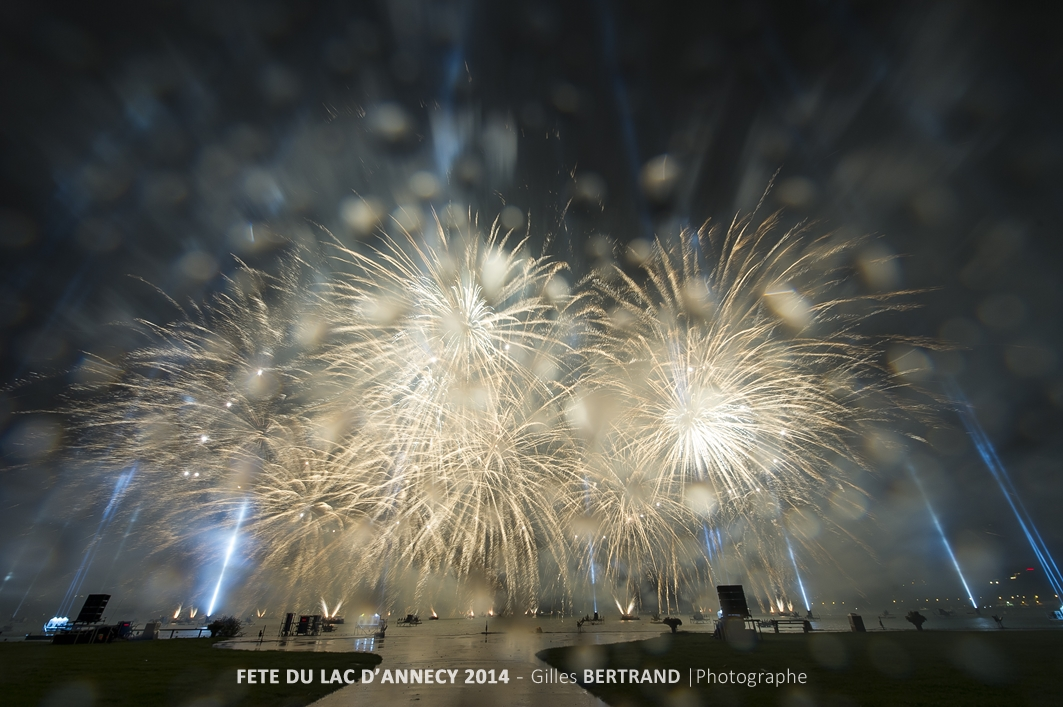 Le feu d'artifice de la fete du lac d'Annecy 2014 compose par l'entreprise italienne Parente Fireworks et tire sous un deluge de pluie et de tonnerre, a Annecy, le 2 aout 2014, photo Gilles BERTRAND