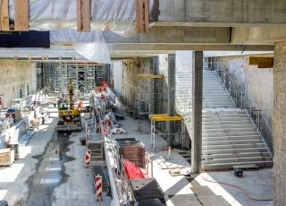 CEVA - D'une longueur totale de 16 kilometres, dont 14 sur territoire suisse, la ligne ferroviaire CEVA relie Cornavin à Annemasse, tout en desservant les principaux centres d'activites de Geneve. En connectant les reseaux CFF et SNCF qui sont aujourd'hui deux culs-de-sac ferroviaires, cette liaison permet la creation d'un veritable reseau regional (RER) transfrontalier a l'echelle de l'agglomeration franco-valdo-genevoise; Le trace de CEVA est majoritairement souterrain et necessite la construction de deux tunnels et de plusieurs tranchees couvertes; La partie superieure de cette ligne ferroviaire sera recouverte par une voix ou coulee verte pour les modes doux de deplacements. Chantier sur la zone de la gare de Chene-Bourg - A Geneve - le 13 avril 2015 - Photo Gilles BERTRAND