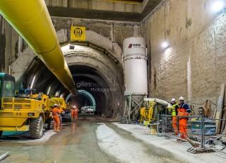 CEVA - D'une longueur totale de 16 kilometres, dont 14 sur territoire suisse, la ligne ferroviaire CEVA relie Cornavin à Annemasse, tout en desservant les principaux centres d'activites de Geneve. En connectant les reseaux CFF et SNCF qui sont aujourd'hui deux culs-de-sac ferroviaires, cette liaison permet la creation d'un veritable reseau regional (RER) transfrontalier a l'echelle de l'agglomeration franco-valdo-genevoise; Le trace de CEVA est majoritairement souterrain et necessite la construction de deux tunnels et de plusieurs tranchees couvertes; La partie superieure de cette ligne ferroviaire sera recouverte par une voix ou coulee verte pour les modes doux de deplacements. Une galerie souterraine de la gare des Eaux Vives - A Geneve - le 13 avril 2015 - Photo Gilles BERTRAND