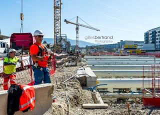 CEVA - D'une longueur totale de 16 kilometres, dont 14 sur territoire suisse, la ligne ferroviaire CEVA relie Cornavin à Annemasse, tout en desservant les principaux centres d'activites de Geneve. En connectant les reseaux CFF et SNCF qui sont aujourd'hui deux culs-de-sac ferroviaires, cette liaison permet la creation d'un veritable reseau regional (RER) transfrontalier a l'echelle de l'agglomeration franco-valdo-genevoise; Le trace de CEVA est majoritairement souterrain et necessite la construction de deux tunnels et de plusieurs tranchees couvertes; La partie superieure de cette ligne ferroviaire sera recouverte par une voix ou coulee verte pour les modes doux de deplacements. Chantier sur la zone de la gare de Chene-Bourg a proximite d'immeubles et d'habitations existantes- A Geneve - le 13 avril 2015 - Photo Gilles BERTRAND