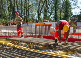 CEVA - D'une longueur totale de 16 kilometres, dont 14 sur territoire suisse, la ligne ferroviaire CEVA relie Cornavin à Annemasse, tout en desservant les principaux centres d'activites de Geneve. En connectant les reseaux CFF et SNCF qui sont aujourd'hui deux culs-de-sac ferroviaires, cette liaison permet la creation d'un veritable reseau regional (RER) transfrontalier a l'echelle de l'agglomeration franco-valdo-genevoise; Le trace de CEVA est majoritairement souterrain et necessite la construction de deux tunnels et de plusieurs tranchees couvertes; La partie superieure de cette ligne ferroviaire sera recouverte par une voix ou coulee verte pour les modes doux de deplacements. Realisation d'un ouvrage pour la traversee de la riviere Seymaz - A Geneve - le 13 avril 2015 - Photo Gilles BERTRAND