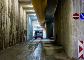 CEVA - D'une longueur totale de 16 kilometres, dont 14 sur territoire suisse, la ligne ferroviaire CEVA relie Cornavin à Annemasse, tout en desservant les principaux centres d'activites de Geneve. En connectant les reseaux CFF et SNCF qui sont aujourd'hui deux culs-de-sac ferroviaires, cette liaison permet la creation d'un veritable reseau regional (RER) transfrontalier a l'echelle de l'agglomeration franco-valdo-genevoise; Le trace de CEVA est majoritairement souterrain et necessite la construction de deux tunnels et de plusieurs tranchees couvertes; La partie superieure de cette ligne ferroviaire sera recouverte par une voix ou coulee verte pour les modes doux de deplacements. Une galerie souterraine avant la pose des voix ferrees de la gare des Eaux Vives - A Geneve - le 13 avril 2015 - Photo Gilles BERTRAND