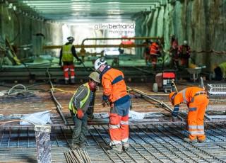CEVA - D'une longueur totale de 16 kilometres, dont 14 sur territoire suisse, la ligne ferroviaire CEVA relie Cornavin à Annemasse, tout en desservant les principaux centres d'activites de Geneve. En connectant les reseaux CFF et SNCF qui sont aujourd'hui deux culs-de-sac ferroviaires, cette liaison permet la creation d'un veritable reseau regional (RER) transfrontalier a l'echelle de l'agglomeration franco-valdo-genevoise; Le trace de CEVA est majoritairement souterrain et necessite la construction de deux tunnels et de plusieurs tranchees couvertes; La partie superieure de cette ligne ferroviaire sera recouverte par une voix ou coulee verte pour les modes doux de deplacements. Des ouvriers realisent le radier en beton dans la tranchee couverte de la gare des Eaux Vives - A Geneve - le 13 avril 2015 - Photo Gilles BERTRAND