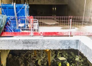 CEVA - D'une longueur totale de 16 kilometres, dont 14 sur territoire suisse, la ligne ferroviaire CEVA relie Cornavin à Annemasse, tout en desservant les principaux centres d'activites de Geneve. En connectant les reseaux CFF et SNCF qui sont aujourd'hui deux culs-de-sac ferroviaires, cette liaison permet la creation d'un veritable reseau regional (RER) transfrontalier a l'echelle de l'agglomeration franco-valdo-genevoise; Le trace de CEVA est majoritairement souterrain et necessite la construction de deux tunnels et de plusieurs tranchees couvertes; La partie superieure de cette ligne ferroviaire sera recouverte par une voix ou coulee verte pour les modes doux de deplacements. Une pelle mecanique evacue la terre glaise de la tranchee couverte de la gare des Eaux Vives - A Geneve - le 13 avril 2015 - Photo Gilles BERTRAND