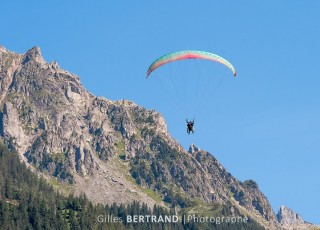 parapente duo en vol - A CHAMONIX - le 15 aout 2012 - photo : Gilles Bertrand/CIT'images